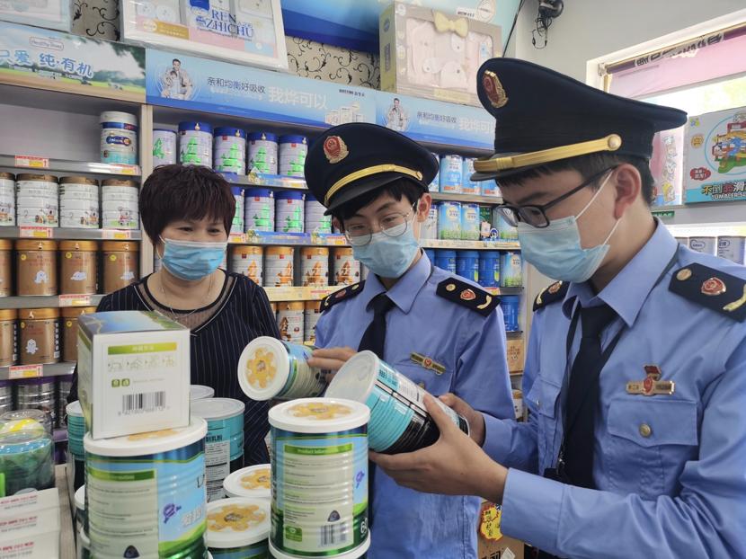 浙江宁波奉化市场监督管理局在母婴店进行检查